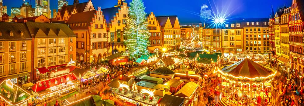uitzicht over een verlichte kerstmarkt