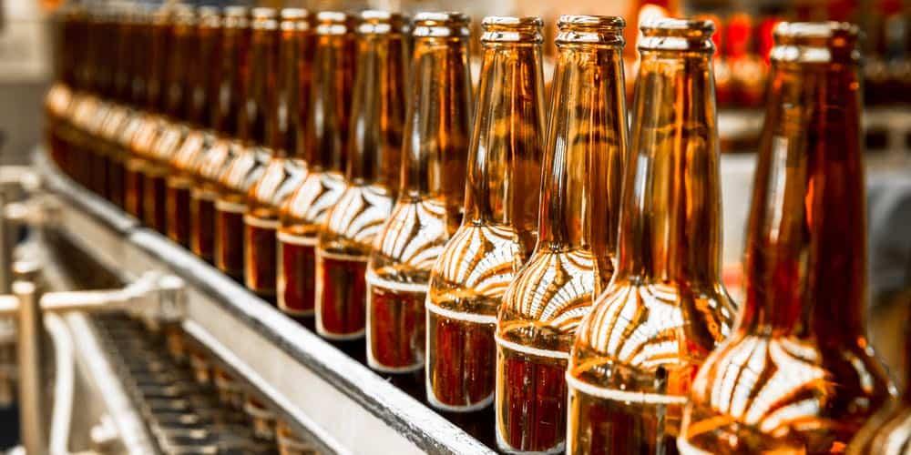 bier op de band in de fabriek